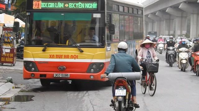 Sởn gai ốc cảnh người Hà Nội nối đuôi nhau đối đầu hung thần đường phố - Ảnh 3.