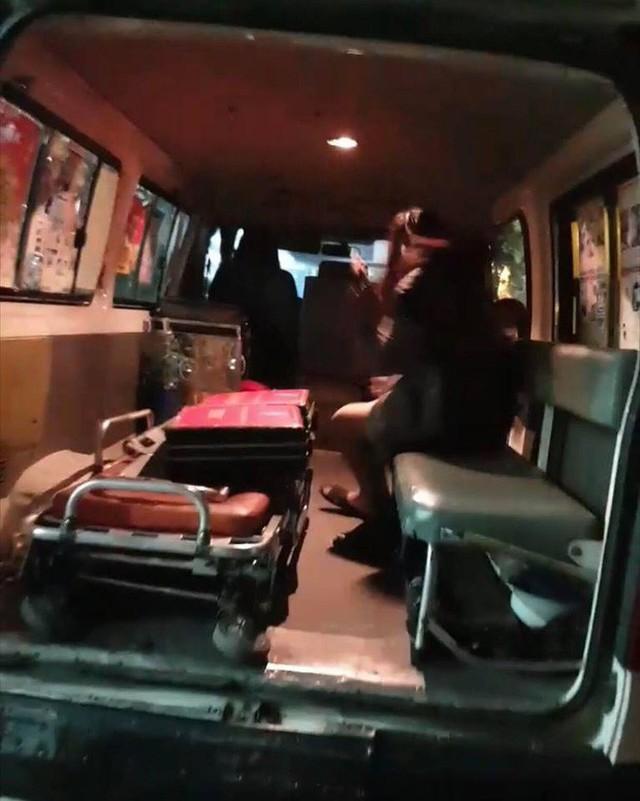 Cảnh sát đưa 2 cô gái rời khỏi tầng 31 trong đêm sau vụ bé sơ sinh rơi từ tầng cao tử vong - Ảnh 11.