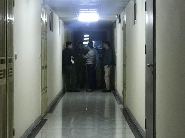 Cảnh sát đưa 2 cô gái rời khỏi tầng 31 trong đêm sau vụ bé sơ sinh rơi từ tầng cao tử vong - Ảnh 12.