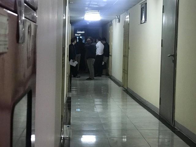 Cảnh sát đưa 2 cô gái rời khỏi tầng 31 trong đêm sau vụ bé sơ sinh rơi từ tầng cao tử vong - Ảnh 14.