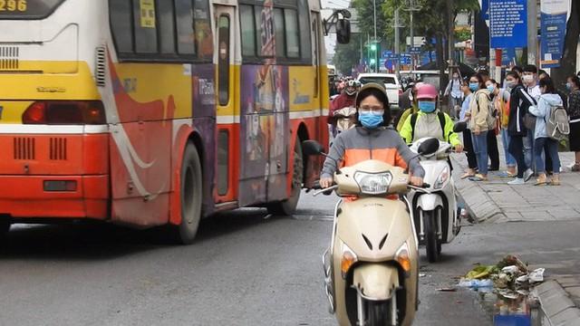 Sởn gai ốc cảnh người Hà Nội nối đuôi nhau đối đầu hung thần đường phố - Ảnh 4.