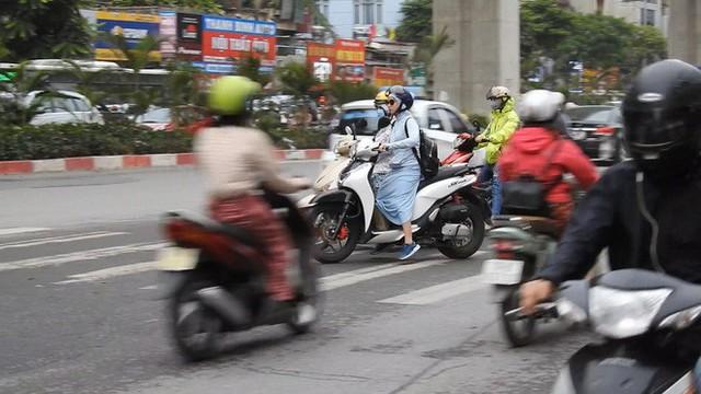 Sởn gai ốc cảnh người Hà Nội nối đuôi nhau đối đầu hung thần đường phố - Ảnh 5.