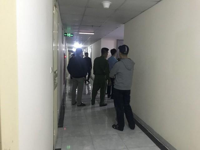 Cảnh sát đưa 2 cô gái rời khỏi tầng 31 trong đêm sau vụ bé sơ sinh rơi từ tầng cao tử vong - Ảnh 8.