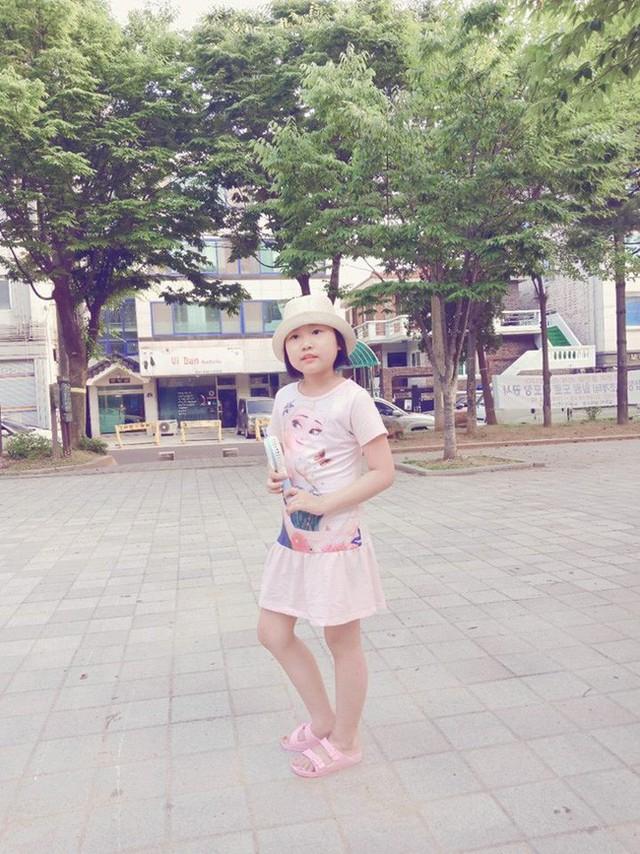 Chỉ sau một lần đau chân dữ dội, bé gái Hà Nội chưa từng biết đến bệnh viện đã được phát hiện mắc bệnh máu trắng - Ảnh 1.