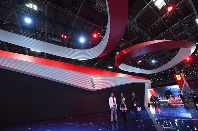 Hé lộ sân khấu VinFast tại Paris Motor Show trước giờ G: Mang cả biểu tượng hoa sen tới nước Pháp - Ảnh 2.