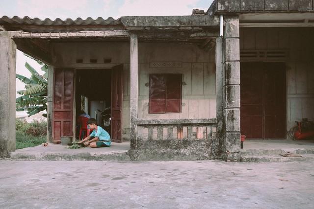 Bộ ảnh xúc động về cậu bé mồ côi ở Quảng Nam tự lập từ năm 12 tuổi, nuôi lợn để được đến trường - Ảnh 14.