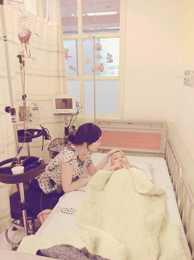 Chỉ sau một lần đau chân dữ dội, bé gái Hà Nội chưa từng biết đến bệnh viện đã được phát hiện mắc bệnh máu trắng - Ảnh 4.