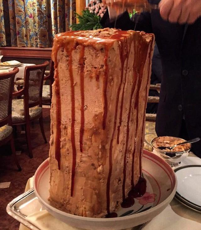 Nhà hàng ở Pháp chơi trội khi phục vụ cả khối kem khổng lồ để thực khách tráng miệng - Ảnh 1.