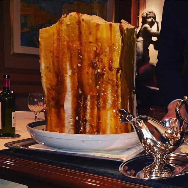 Nhà hàng ở Pháp chơi trội khi phục vụ cả khối kem khổng lồ để thực khách tráng miệng - Ảnh 3.