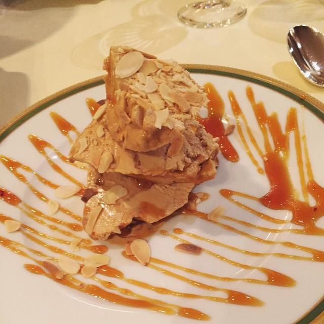 Nhà hàng ở Pháp chơi trội khi phục vụ cả khối kem khổng lồ để thực khách tráng miệng - Ảnh 7.