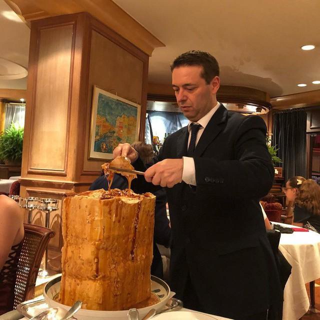 Nhà hàng ở Pháp chơi trội khi phục vụ cả khối kem khổng lồ để thực khách tráng miệng - Ảnh 9.