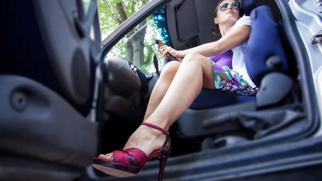 Tại sao giày cao gót lại là thủ phạm gây ra những vụ tai nạn thương tâm trên đường phố? - Ảnh 1.