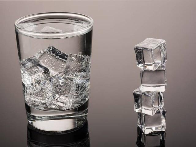 Lúc nào uống nước lạnh, lúc nào uống nước ấm: Biết để uống cho đúng, không hại sức khoẻ - Ảnh 1.