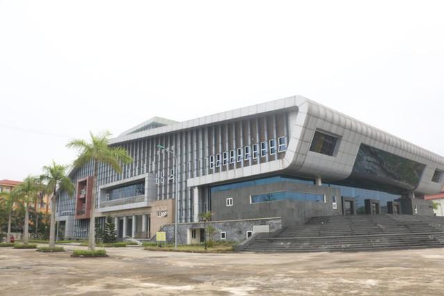 Cận cảnh nội khu nhà hát 117 tỉ đồng đắp chiếu ở Hà Nội - Ảnh 1.