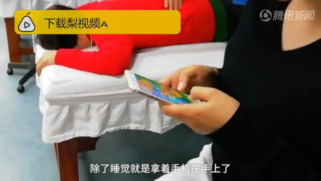 Giật mình với hình ảnh bàn tay bị liệt và cột sống cong: Bài học cho những ai hay dùng điện thoại theo cách này - Ảnh 2.