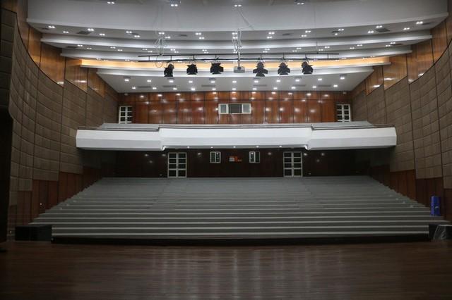 Cận cảnh nội khu nhà hát 117 tỉ đồng đắp chiếu ở Hà Nội - Ảnh 4.