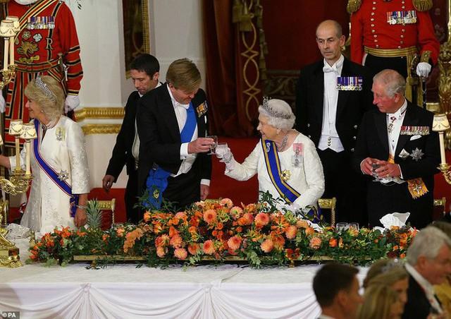 Bà Camilla lần đầu tái xuất bên chồng sau tin đồn ly hôn nhưng vẻ mặt của Thái tử Charles đã nói lên tất cả - Ảnh 7.