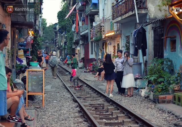 Chẳng cần đến Đài Loan, ngay Hà Nội cũng có một xóm đường tàu bình dị và đẹp đẽ không kém làng cổ Thập Phần - Ảnh 1.