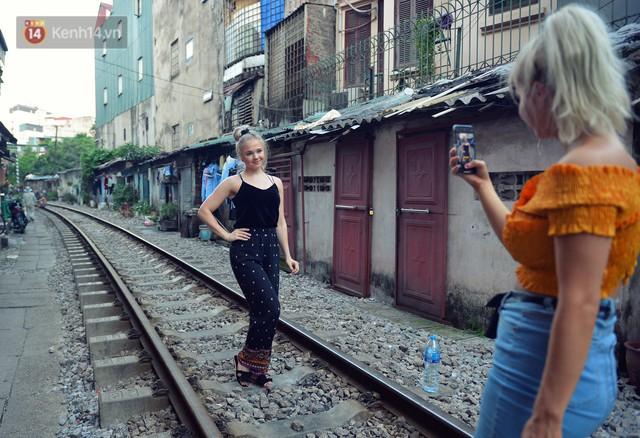 Chẳng cần đến Đài Loan, ngay Hà Nội cũng có một xóm đường tàu bình dị và đẹp đẽ không kém làng cổ Thập Phần - Ảnh 2.