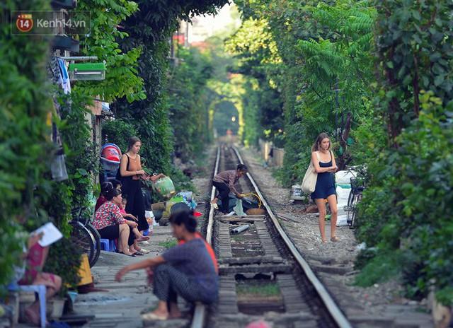Chẳng cần đến Đài Loan, ngay Hà Nội cũng có một xóm đường tàu bình dị và đẹp đẽ không kém làng cổ Thập Phần - Ảnh 16.