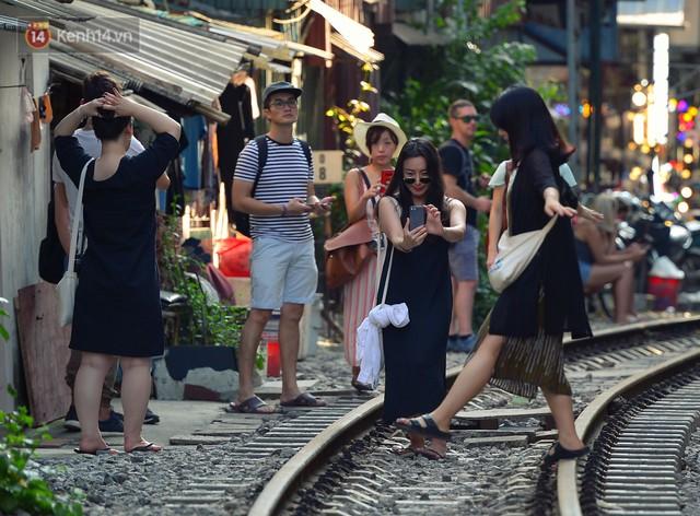 Chẳng cần đến Đài Loan, ngay Hà Nội cũng có một xóm đường tàu bình dị và đẹp đẽ không kém làng cổ Thập Phần - Ảnh 3.