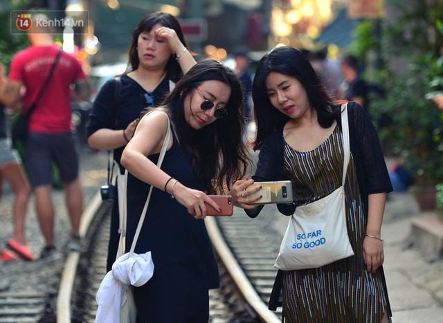 Chẳng cần đến Đài Loan, ngay Hà Nội cũng có một xóm đường tàu bình dị và đẹp đẽ không kém làng cổ Thập Phần - Ảnh 5.