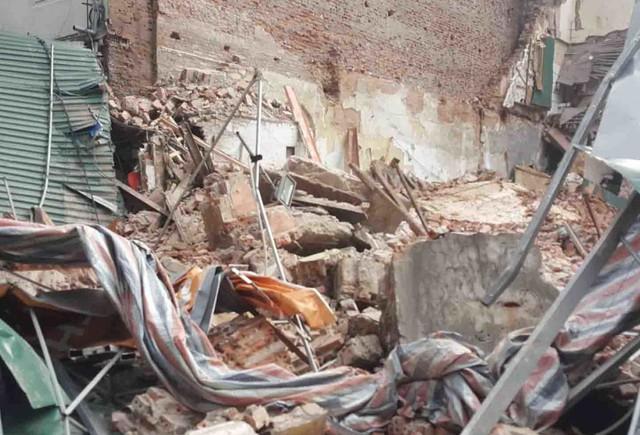 Sập tường nhà gần Hồ Gươm, nhiều người dân hốt hoảng - Ảnh 1.