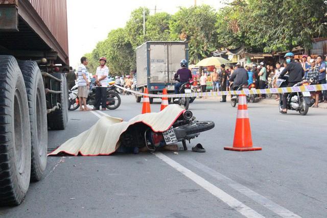 Hàng trăm người đứng xem vụ container cán xe máy khiến 1 người tử vong - Ảnh 1.