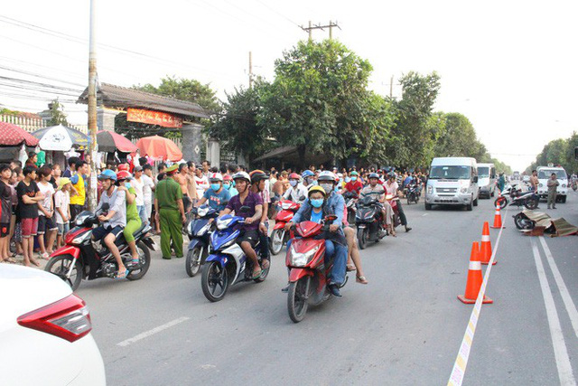 Hàng trăm người đứng xem vụ container cán xe máy khiến 1 người tử vong - Ảnh 2.