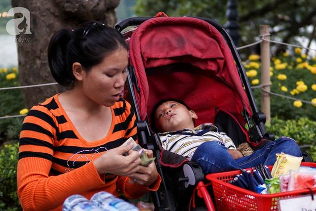 Giấc mơ bên chiếc xe nôi của mẹ em bé 4 tuổi, 2 năm không thể khép mi ngủ, cuối tuần đưa nhau lên phố đi bộ bán hàng - Ảnh 8.