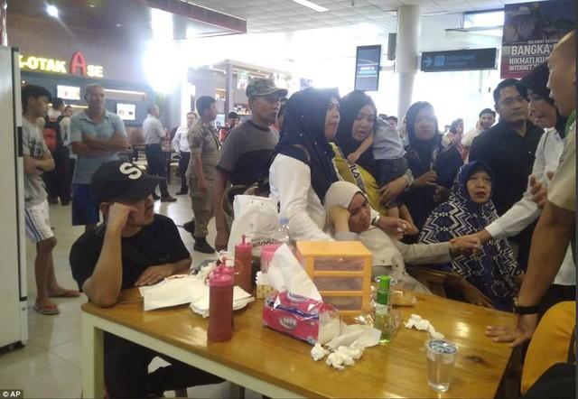 Máy bay JT610 Indonesia rơi: Người thân đau đớn chờ tin ở sân bay - Ảnh 1.