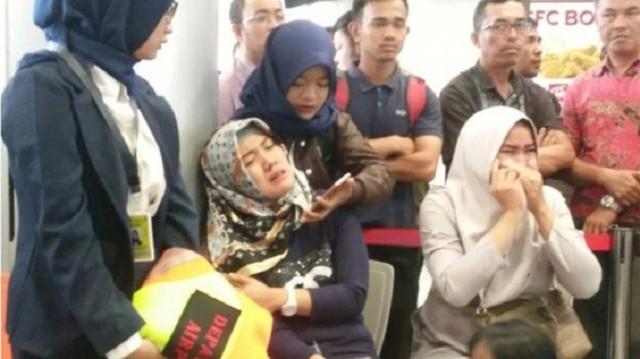 Máy bay JT610 Indonesia rơi: Người thân đau đớn chờ tin ở sân bay - Ảnh 2.