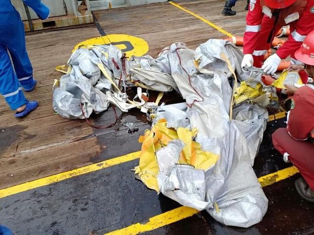 Lực lượng cứu hộ Indonesia đã tìm thấy máy bay chở 188 người rơi xuống biển gãy làm đôi - Ảnh 6.