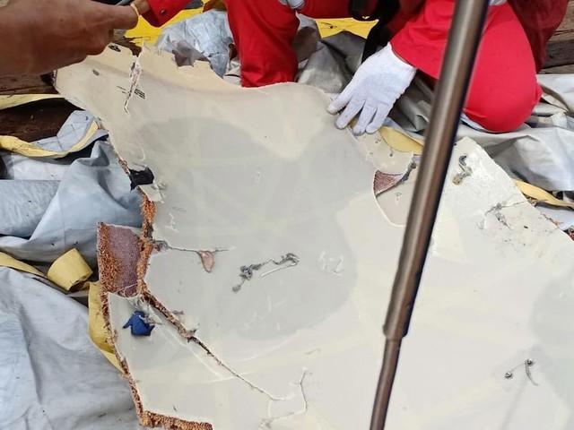 Lực lượng cứu hộ Indonesia đã tìm thấy máy bay chở 188 người rơi xuống biển gãy làm đôi - Ảnh 7.