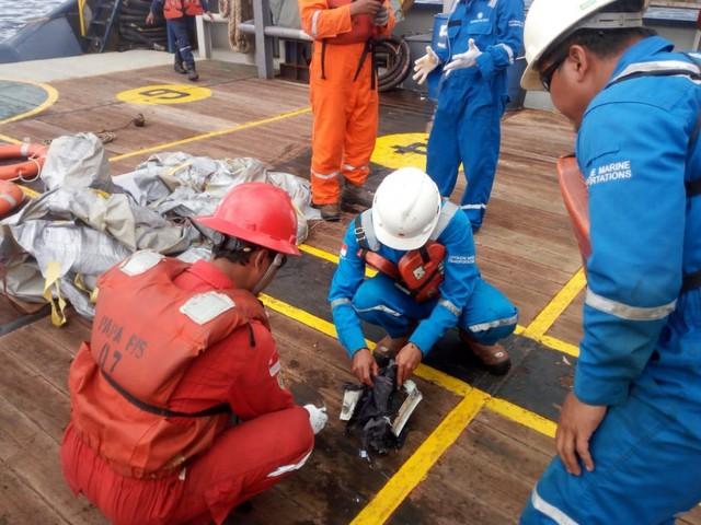 Máy bay JT610 Indonesia rơi: Người thân đau đớn chờ tin ở sân bay - Ảnh 4.