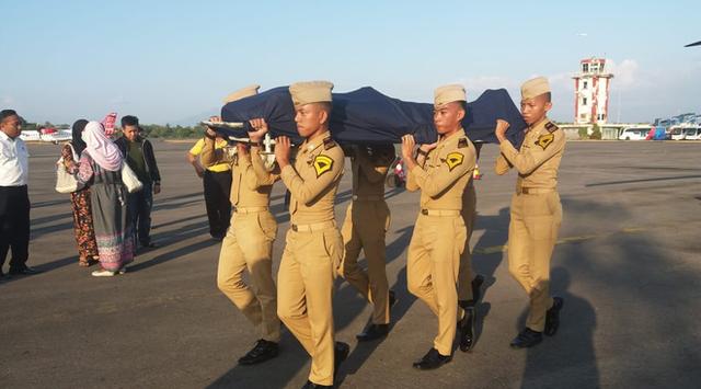 Người dân Indonesia bật khóc khi nghe kể lại phút cuối của nhân viên không lưu anh hùng - Ảnh 2.
