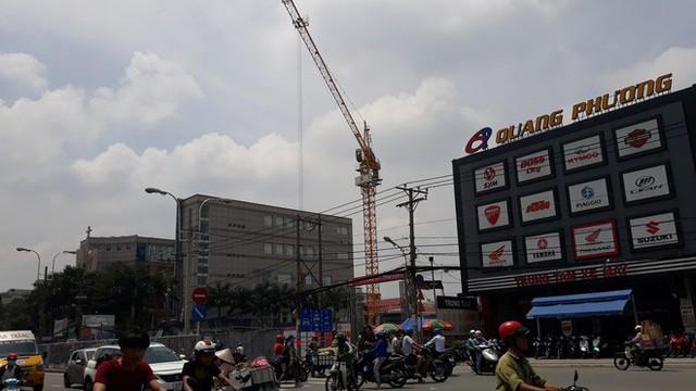 Cận cảnh những cần cẩu công trình dài hàng chục mét treo lơ lửng trên đầu người đi đường ở Sài Gòn - Ảnh 11.
