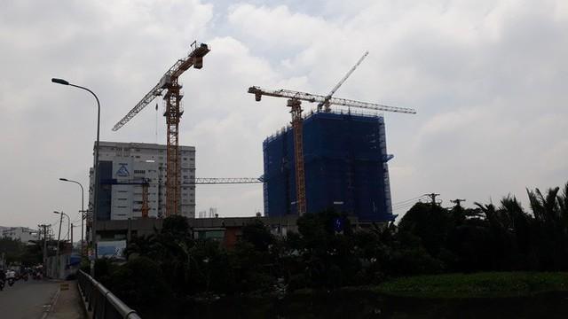 Cận cảnh những cần cẩu công trình dài hàng chục mét treo lơ lửng trên đầu người đi đường ở Sài Gòn - Ảnh 12.