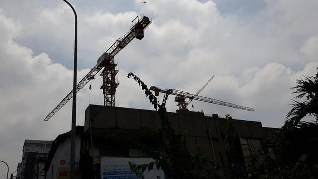 Cận cảnh những cần cẩu công trình dài hàng chục mét treo lơ lửng trên đầu người đi đường ở Sài Gòn - Ảnh 13.