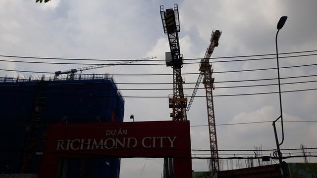 Cận cảnh những cần cẩu công trình dài hàng chục mét treo lơ lửng trên đầu người đi đường ở Sài Gòn - Ảnh 14.