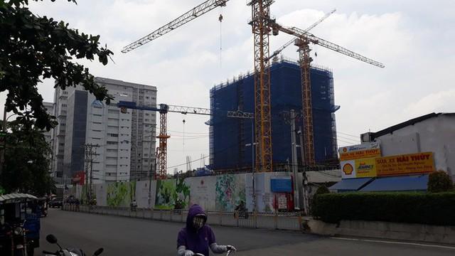 Cận cảnh những cần cẩu công trình dài hàng chục mét treo lơ lửng trên đầu người đi đường ở Sài Gòn - Ảnh 15.