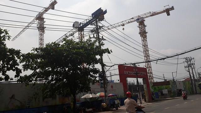 Cận cảnh những cần cẩu công trình dài hàng chục mét treo lơ lửng trên đầu người đi đường ở Sài Gòn - Ảnh 16.