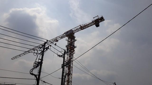 Cận cảnh những cần cẩu công trình dài hàng chục mét treo lơ lửng trên đầu người đi đường ở Sài Gòn - Ảnh 17.