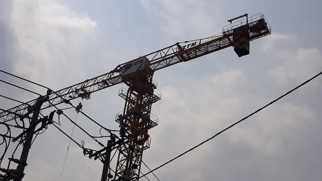 Cận cảnh những cần cẩu công trình dài hàng chục mét treo lơ lửng trên đầu người đi đường ở Sài Gòn - Ảnh 18.