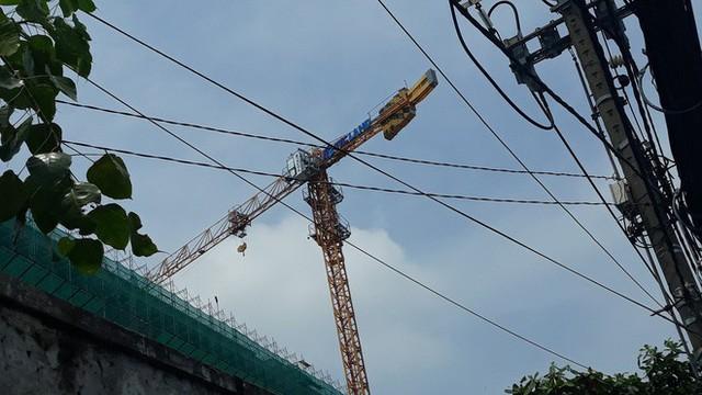 Cận cảnh những cần cẩu công trình dài hàng chục mét treo lơ lửng trên đầu người đi đường ở Sài Gòn - Ảnh 3.