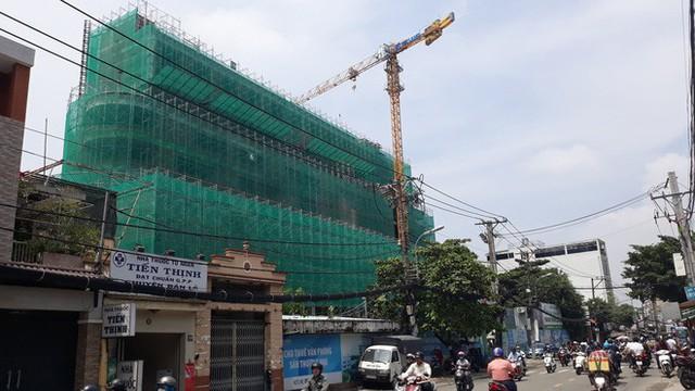 Cận cảnh những cần cẩu công trình dài hàng chục mét treo lơ lửng trên đầu người đi đường ở Sài Gòn - Ảnh 4.