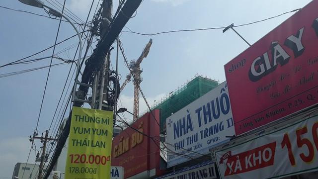 Cận cảnh những cần cẩu công trình dài hàng chục mét treo lơ lửng trên đầu người đi đường ở Sài Gòn - Ảnh 5.