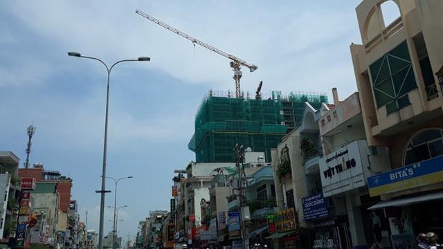 Cận cảnh những cần cẩu công trình dài hàng chục mét treo lơ lửng trên đầu người đi đường ở Sài Gòn - Ảnh 6.