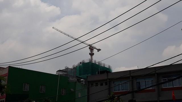 Cận cảnh những cần cẩu công trình dài hàng chục mét treo lơ lửng trên đầu người đi đường ở Sài Gòn - Ảnh 7.