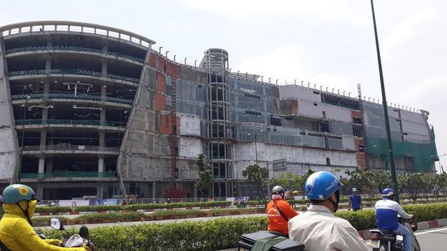 Cận cảnh những cần cẩu công trình dài hàng chục mét treo lơ lửng trên đầu người đi đường ở Sài Gòn - Ảnh 8.